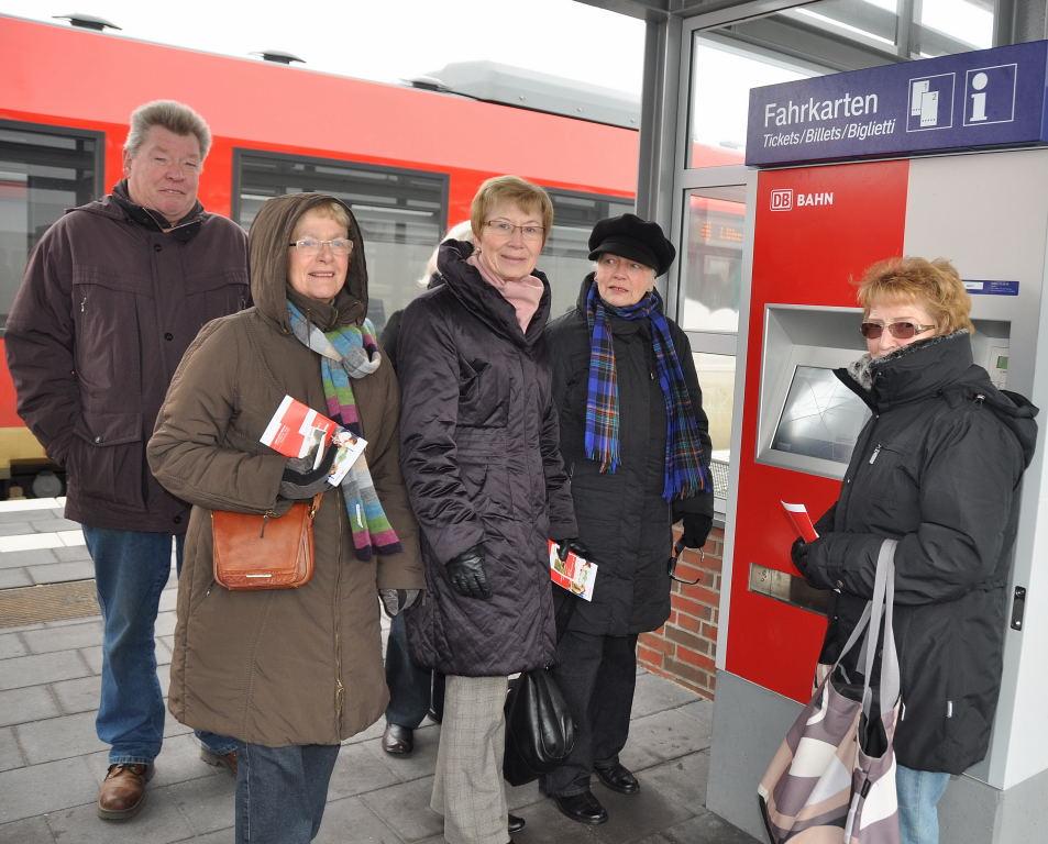 Senioenbeirat bei der Einweisung am Fahrkartenautomaten Bahnhof Burg