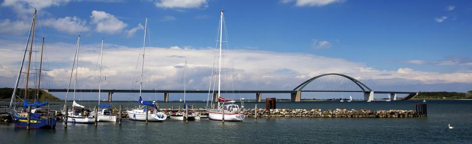 Blick auf die Fehmarnsundbrücke und einige Segelboote davor